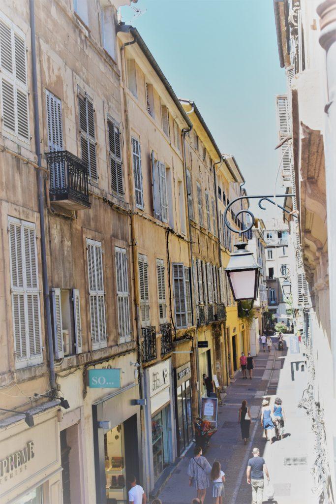 Ruelle provençale perpendiculaire au Cours Mirabeau